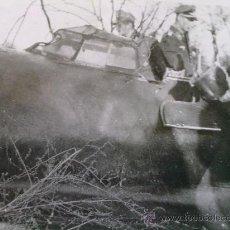 Militaria: FOTO ORIGINAL ALEMANA PILOTO ALEMAN INSPECCIONANDO AVION ABATIDO. Lote 27093238