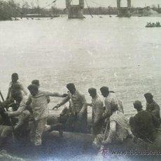 Militaria: FOTO ORIGINAL ALEMANA TROPAS ALEMANAS CRUZANDO RIO IIWW. Lote 22895420