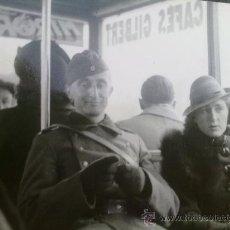 Militaria: FOTO ORIGINAL ALEMANA,SOLDADO ALEMAN CON FRANCESA EN CAFE. Lote 26427011