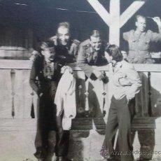 Militaria: FOTO ORIGINAL ALEMANA,SOLDADOS CON MUJERES ,IIWW. Lote 22762666