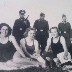 Militaria: FOTO ORIGINAL ALEMANA,SOLDADOS LUFTWAFFE CON CHICAS. Lote 27641765
