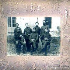 Militaria: MUY INTERESANTE FOTOGRAFIA DE UNOS MILITARES CURIOSO MARCO -CARTON-TAMBIEN CON TEMA MILITAR. Lote 19324923