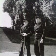 Militaria: FOTO ORIGINAL ALEMAN ,SOLDADOS TROPAS PANZER EN VERSALLES . Lote 23472639