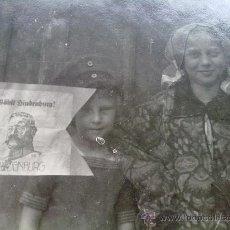 Militaria: FOTO ORIGINAL ALEMANA ,NIÑOS CON BANDERIN DE HINDERBURG ,1924. Lote 23472641