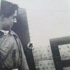 Militaria: FOTO ORIGINAL ALEMANA ,PILOTO ALEMAN JUNTO A DISPARO EN SU AVION. Lote 26538716