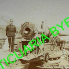 Militaria: FOTOGRAFÍA ANTIGUA. MILITARES EN UN CAÑÓN. ÉPOCA DE ALFONSO XIII. (4 X 4 CM). Lote 24198034