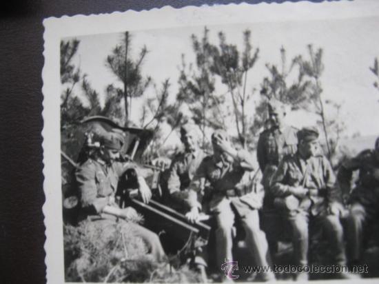 FOTO 100% ORIGINAL II GUERRA MUNDIAL SOLDADOS ALEMANES DESCANSANDO JUNTO A CAÑON (Militar - Fotografía Militar - II Guerra Mundial)