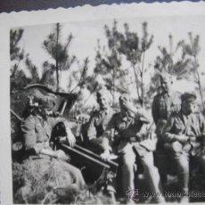 Militaria: FOTO 100% ORIGINAL II GUERRA MUNDIAL SOLDADOS ALEMANES DESCANSANDO JUNTO A CAÑON . Lote 24975261