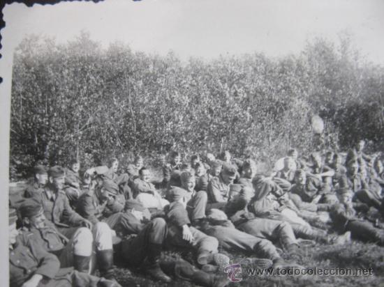 FOTO 100% ORIGINAL II GUERRA MUNDIAL SOLDADOS ALEMANES DESCANSANDO TUMBADOS (Militar - Fotografía Militar - II Guerra Mundial)