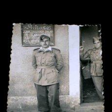 Militaria: FOTOGRAFÍA SOLDADO REGULARES, ESTACIÓN DE TREN DE LORCA, ORIGINAL 8-7-1944.. Lote 27020405