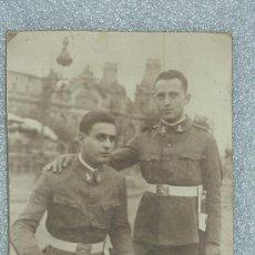 Militaria: GRAN FOTOGRAFIA DE CARTON DE DOS MILITARES ESPAÑOLES INGENIEROS ZAPADORES CON CHAMBERGO. . Lote 25626147