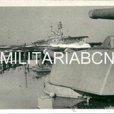 Militaria: REINO UNIDO. FOTOGRAFIA DE PRENSA ORIGINAL DE LA 2ª GUERRA MUNDIAL. A BRITISH AIRCRAFT CARRIER AT SE. Lote 26385545