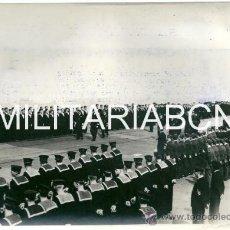 Militaria: REINO UNIDO. FOTOGRAFIA DE PRENSA ORIGINAL DE LA 2ª GUERRA MUNDIAL. THE KING INSPECTING THE H.M.S. V. Lote 26385638