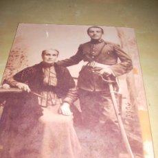Militaria: FOTOGRAFÍA ANTIGUA. SOLDADO Y SU MADRE, AÑOS 20. PÁGINA DE PRENSA, ENMARCABLE.. Lote 27377887