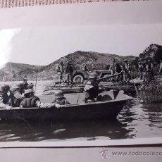 Militaria: FOTOGRAFÍA DE UNAS MANIOBRAS MILITARES DEL EJÉRCITO ESPAÑOL, LANCHAS , PUENTES, SOLDADOS. C 13. Lote 27634382