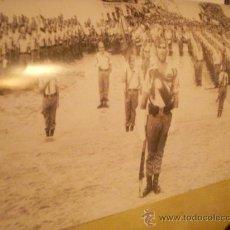 Militaria: FOTOGRAFÍA ANTIGUA. LA LEGIÓN EN BADAJOZ, 1969. PÁGINA DE PRENSA, ENMARCABLE.. Lote 27895297
