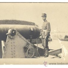 Militaria: ANTIGUA FOTOGRAFIA POSTAL DE UN ARTILLERO CON UN CAÑON HONTORIA, FINALES DEL SIGLO XIX.. Lote 28611595