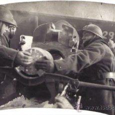 Militaria: FOTOGRAFIA DE LA II GUERRA MUNDIAL - ARTILLEROS CARGANDO UN CAÑON. Lote 31750910