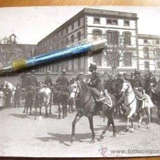 Militaria: FOTOGRAFIA DE LA PLAZA DE TETUAN DE BARCELONA Y UN REGIMIENTO DE CABALLERIA - ASILO DE ANCIANOS. Lote 29226778