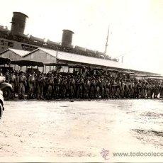 Militaria: TROPAS FORMADAS TRAS EL DESEMBARCO EN AUSTRALIA - FOTOGRAFIA DE LA II GUERRA MUNDIAL . Lote 29830715