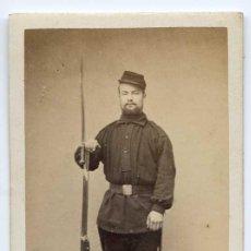 Militaria: MILITAR SOLDADO FRANCÉS CON FUSIL CON BAYONETA. CIRCA 1870, SIN MARCA DE FOTÓGRAFO. Lote 29842636