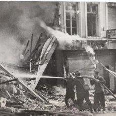 Militaria: BOMBEROS DE BRUSELAS TRAS BOMBARDEO ALEMAN - FOTOGRAFIA ANTIGUA II GUERRA MUNDIAL. Lote 30009673