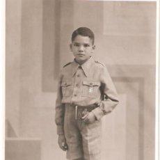 Militaria: POSTAL FOTOGRAFICA NIÑO CON INSIGNIA DE FALANGE .FOTO JAVIER CACERES 1938.. Lote 30015569
