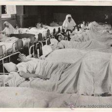 Militaria: PERSONAS HERIDAS DURANTE LOS BOMBARDEOS EN HOSPITAL - FOTOGRAFIA ANTIGUA II GUERRA MUNDIAL. Lote 30016659