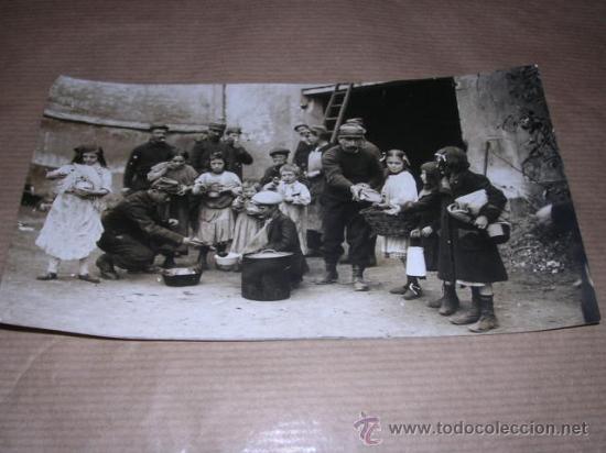 FOTOGRAFIA MILITARES DANDO DE COMER A UNOS NIÑOS AÑO 1914, M.ROL PARIS FOTGR. Nº1720, 16,5X9,5 CM. (Militar - Fotografía Militar - I Guerra Mundial)