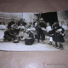 Militaria: FOTOGRAFIA MILITARES DANDO DE COMER A UNOS NIÑOS AÑO 1914, M.ROL PARIS FOTGR. Nº1720, 16,5X9,5 CM. . Lote 30084615