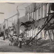 Militaria: CIVILES JUNTO A RUINAS TRAS ATAQUE JAPONES - FOTOGRAFIA DE LA II GUERRA MUNDIAL. Lote 30304358
