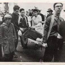Militaria: MUJER BELGA REFUGIADA EN PARIS ES HERIDA DURANTE UN BOMBARDEO - FOTO II GUERRA MUNDIAL. Lote 30366428