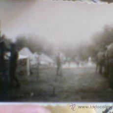 Militaria: FOTO FOTOGRAFIA SOLDADOS COMPAÑIA MONTANDO CAMPAMENTO AÑOS 40. Lote 30397764