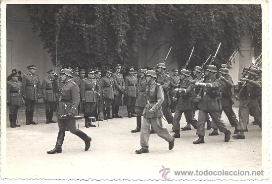 DESFILE DE LA AGRUPACIÓN DE INTENDENCIA Nº2 DE SEVILLA ANTE EL CORONEL LUIS ULLOA. 1948 (Militar - Fotografía Militar - Otros)