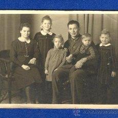 Militaria: RETRATO, FOTOGRAFIA FAMILIAR DE UN SOLDADO ALEMAN DE LA WEHRMACHT CON FAMILIA, 2ª GUERRA MUNDIAL.. Lote 30987679