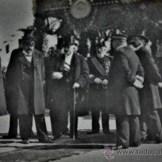 Militaria: LLEGADA Y ESPERA DE PERSONALIDADES EN EL PUERTO DE BARCELONA A ALFONSO XIII. Lote 31264319