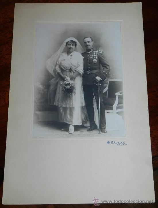 Militaria: ANTIGUA FOTOGRAFIA ALBUMINA DE CAPITAN CONDECORADO DEL REGIMIENTO NUMERO 31, FOT. KAULAK, MADRID, GR - Foto 3 - 31952231