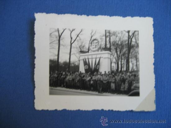 FOTO ORIGINAL ALEMANIA SOLDADOS JUNTO MONUMENTO WW2 III REICH (Militar - Fotografía Militar - II Guerra Mundial)