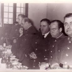 Militaria: FOTOGRAFIA MILITAR 9X12 CM - GRUPO DE MILITARES EN UNA COMIDA. Lote 32193742