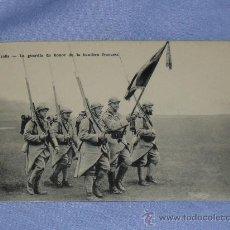 Militaria: POSTAL LA GUARDIA DE HONOR DE LA BANDERA FRANCESA. Lote 32203884