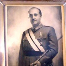Militaria: FOTOGRAFIA DE FRANCISCO FRANCO. JALÓN ANGEL . ZARAGOZA.MARCO DE PLATA MEDIDAS 29X23 CM. Lote 32262654