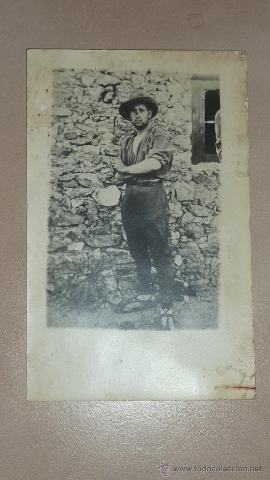 ANTIGUA FOTOGRAFIA DE UN MILICIANO REPUBLICANO CON CHAMBERGO Y ALPARGATAS. GUERRA CIVIL. (Militar - Fotografía Militar - Guerra Civil Española)