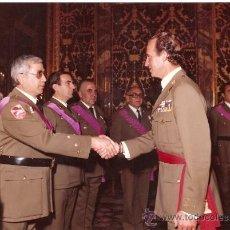 Militaria: FOTO REY JUAN CARLOS SALUDANDO PROTOCOLARIAMENTE. Lote 32456733
