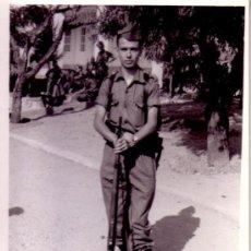 Militaria: FOTOGRAFIA MILITAR - SOLDADO EJERCITO DE TIERRA UNIFORME FAENA. Lote 33570231