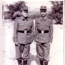 Militaria: FOTOGRAFIA MILITAR - 2 SOLDADOS EJERCITO DE TIERRA UNIFORME DE PASEO O SALIDA. Lote 33570251