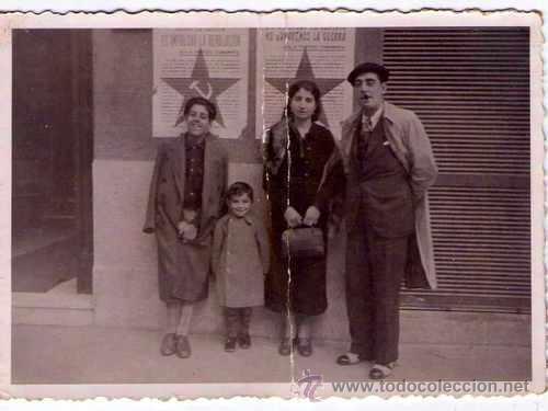 FOTO GUERRA CIVIL ESPAÑOLA,PARTIDO COMUNISTA,FAMILIA BAJO CARTEL ANTIFASCISTA DE LA REPUBLICA,MADRID (Militar - Fotografía Militar - Guerra Civil Española)