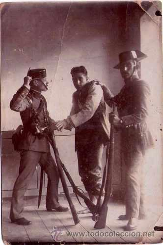 GUARDIA CIVIL,FOTOGRAFIA AÑO 1900 APROX. AGENTE CON DETENIDO-DELINCUENTE,FUSIL,TRICORNIO Y PISTOLA (Militar - Fotografía Militar - Guerra Civil Española)