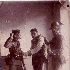 Militaria: GUARDIA CIVIL,FOTOGRAFIA AÑO 1900 APROX. AGENTE CON DETENIDO-DELINCUENTE,FUSIL,TRICORNIO Y PISTOLA. Lote 33669679