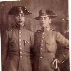 Militaria: GUARDIA CIVIL, FOTOGRAFIA DE 2 JOVENES GUARDIAS AÑOS 20. CON SABLE REGLAMENTARIO,TRICORNIO ACADEMIA. Lote 33670465