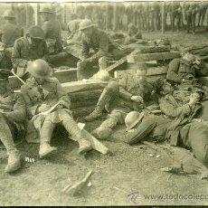 Militaria: FOTOGRAFIA I GUERRA MUNDIAL PRISIONEROS INGLESES DESCANSANDO. Lote 34026989